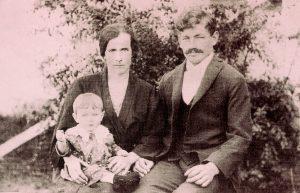 Johann und Anna Christina Hofer mit dem ersten Kind Maria. (Foto: Archiv Familie Hofer)