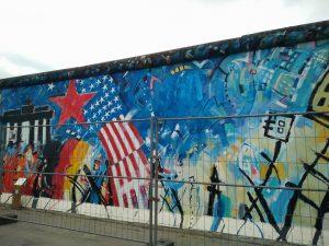 Teilweise versucht ein Zaun die Kunstwerke zu schützen (Foto: Louisa Goldstein)