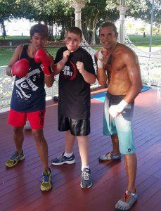 Jadon He (links) mit dem bekannten Boxmeister (rechts) und seinem Sohn (mitte). Foto: Jadon He.