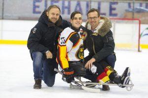 Ingo Kuhli-Lauenstein (m.) mit Bundestrainer Andreas Pokorny (l.) und Co-Trainer Michael Gursinsky (r.) in der Eissporthalle Wiehl © Phillip Ising/DBS
