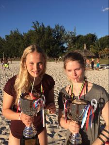 Am Strand von Flic en Flac: Aus Pokalen schmeckt die Kokosnuss-Milch am besten. Foto: Hannah Pohl