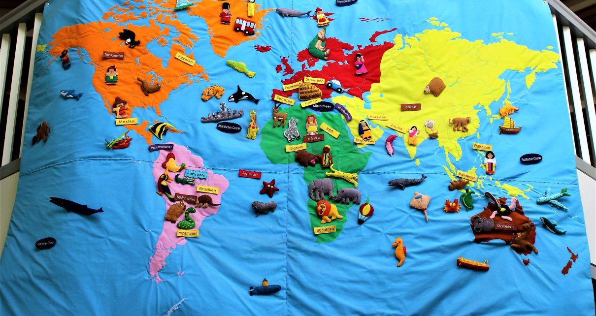 Weltkarte im Eingangsbereich der Kita Mini-Mäuse in Bonn. Foto: Julia Schulte