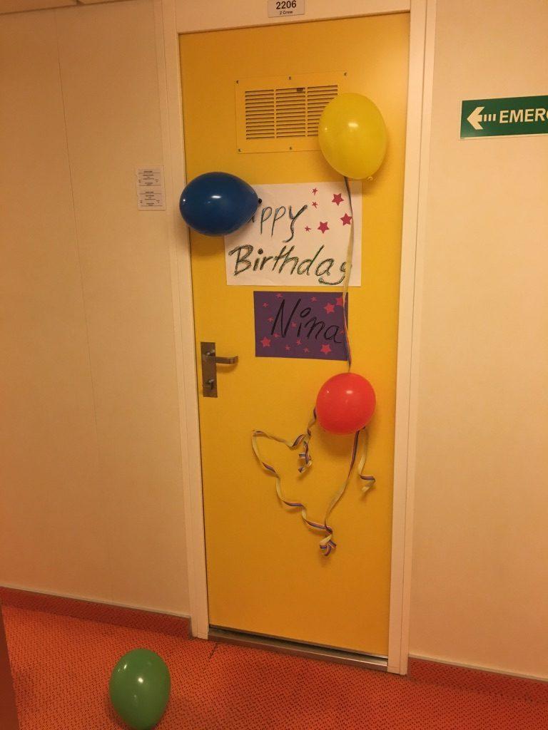 Auch zum Geburtstag wird die Tür der Crewkabine dekoriert. Foto: Nina Feldkamp
