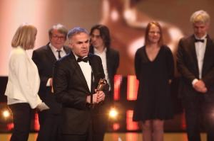 """©Eventpress/Deutscher Filmpreis Stefan Tolz nimmt gemeinsam mit dem Team den Deutschen Filmpreis 2017 für """"Cahier Africain"""" entgegen."""