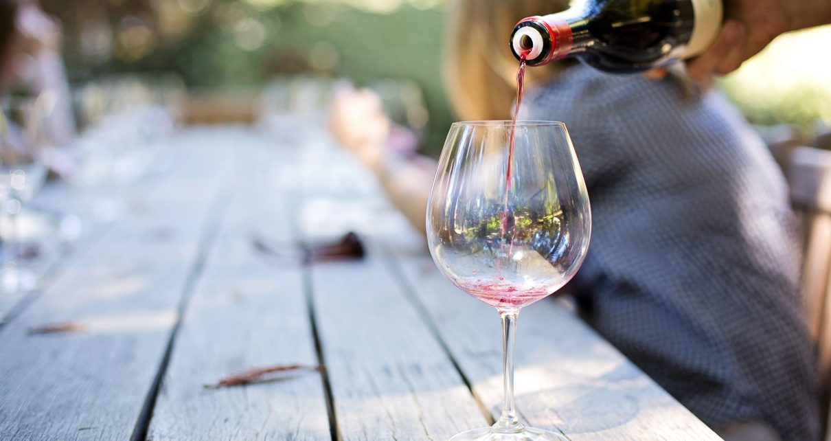 alkohol-draussen-erwachsener-290316