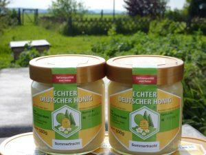 Simon Schulze-Musiol hat eine Vielzahl an Honigsorten in seinem Sortiment, z.B. den Sommertrachthonig. Copyright: Simon Schulze-Musiol