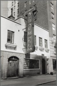 Foto von Diana Davies Das Stonewall Inn in der Christopher Street in New York
