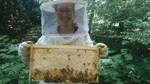 Regina vom Bienenkollektiv mit den Bienen.