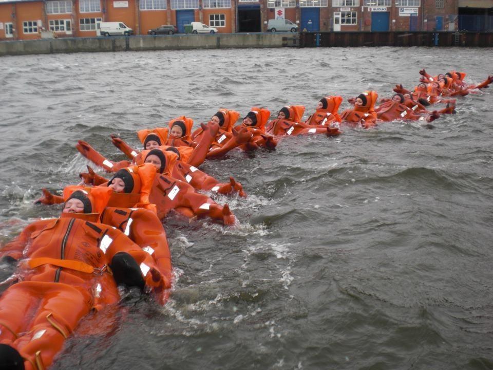 Die Rettungskette beim Basis Safety Training in Rostock.  Foto: Nina Feldkamp